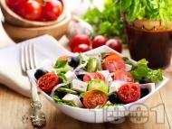 Зелена салата с чери домати, сирене, маслини и лук